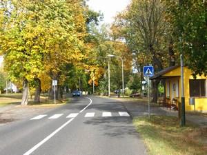 Pohled na alej od autobusové zastávky